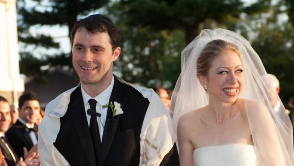 Marc Mezvinsky and Chelsea Clinton on their jewish wedding day.